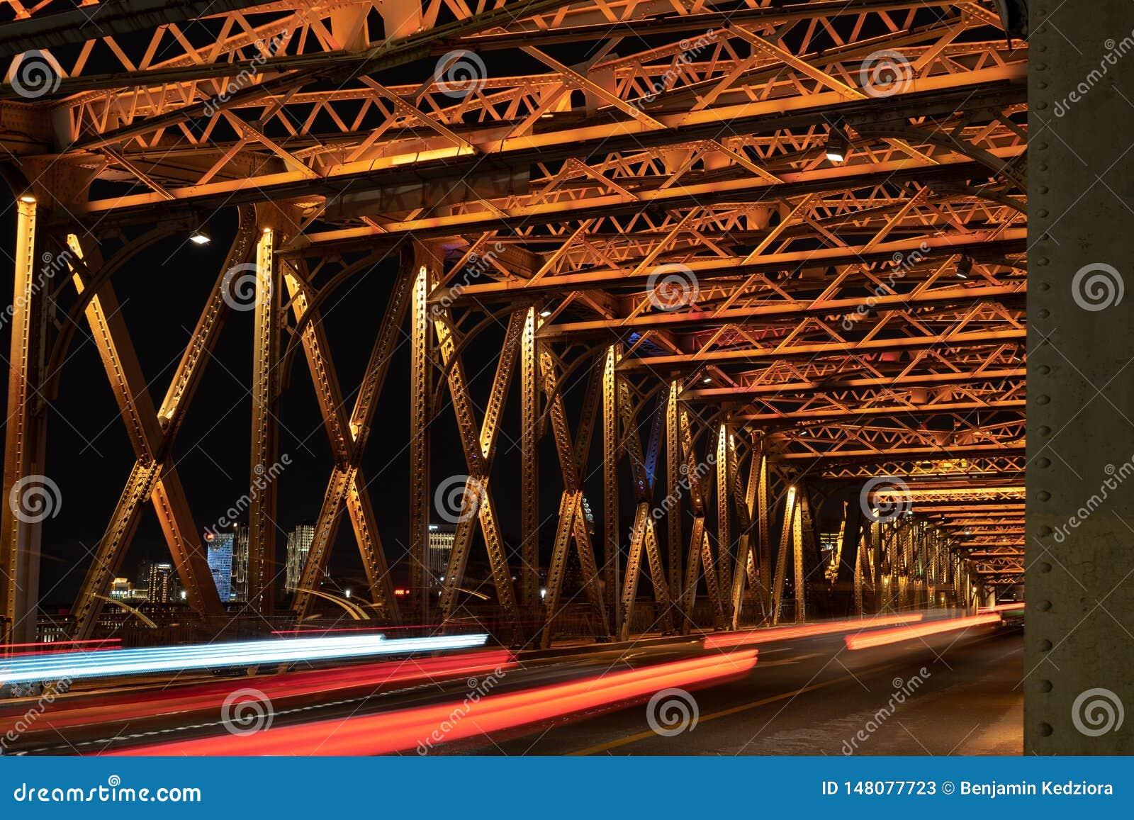Ponte do casamento sobre a ligação em Shanghai