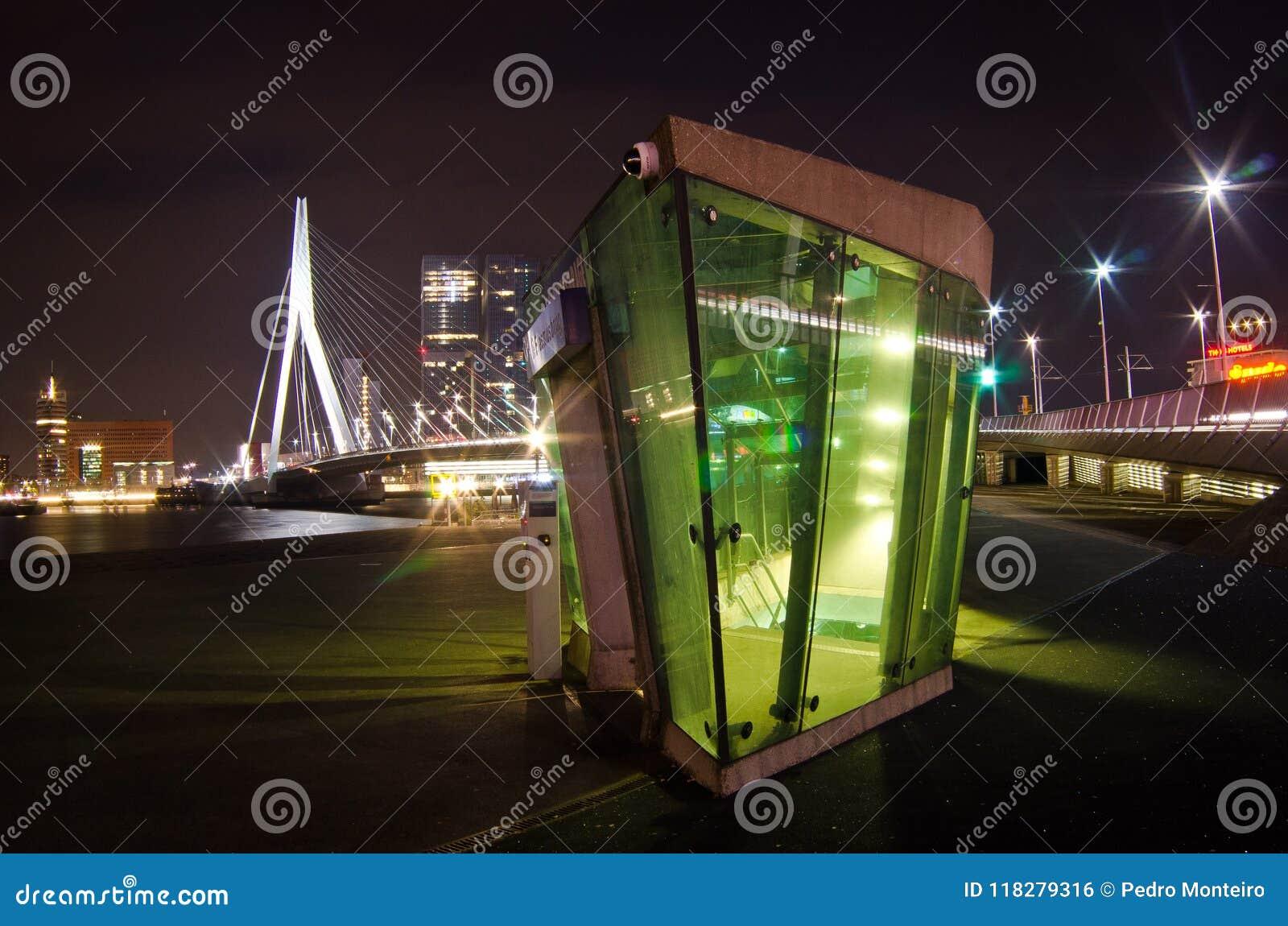 A ponte do Erasmus na noite