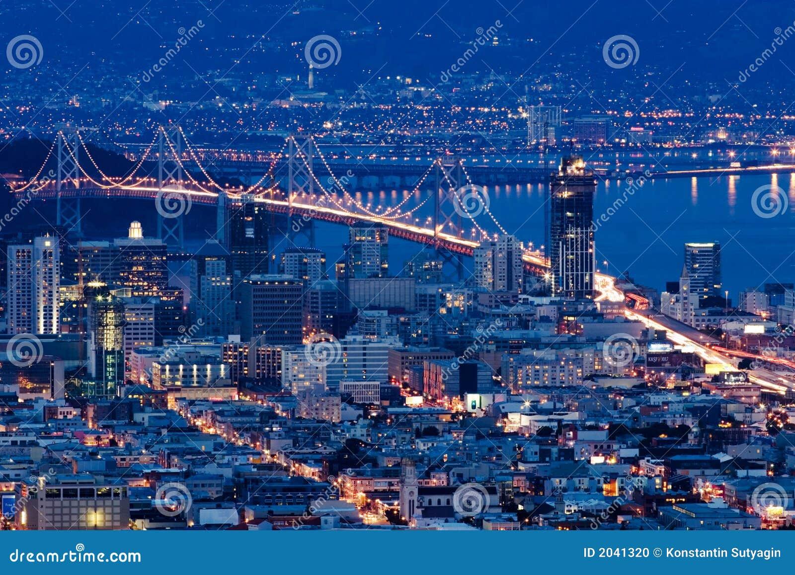 Ponte do louro de San Francisco-Oakland na noite