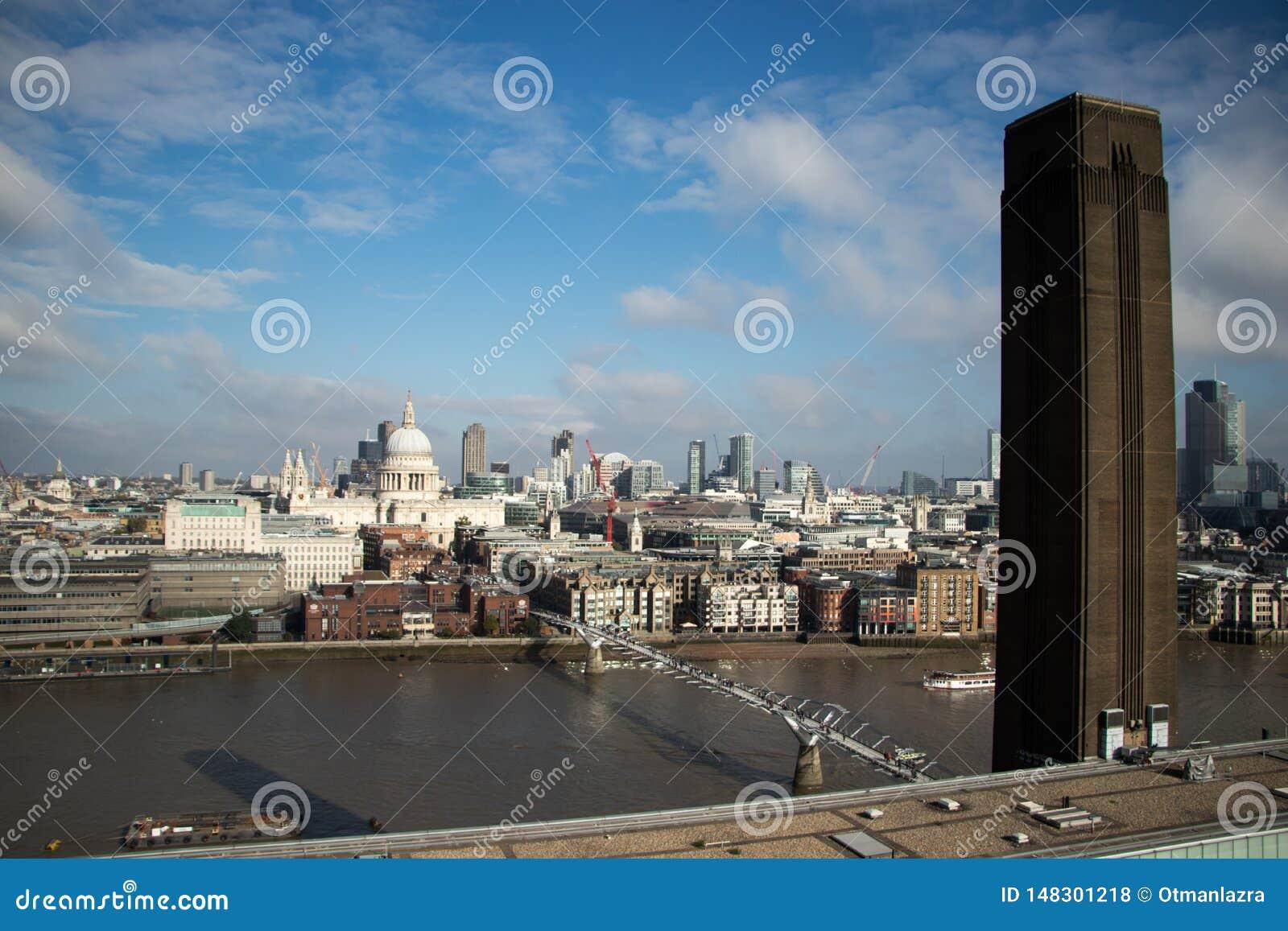 Ponte do milênio, St Pauls Cathedral e a cidade da vigia de Tate Modern
