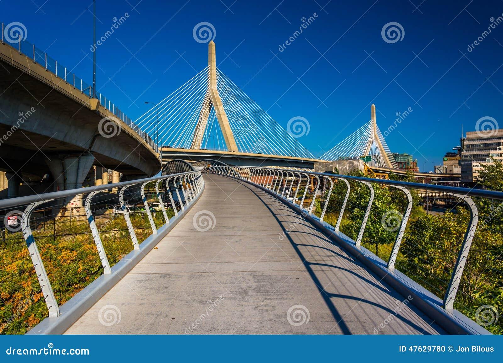A ponte do monte de depósito de Leonard P Ponte memorável do monte de depósito de Zakim e uma passagem mim