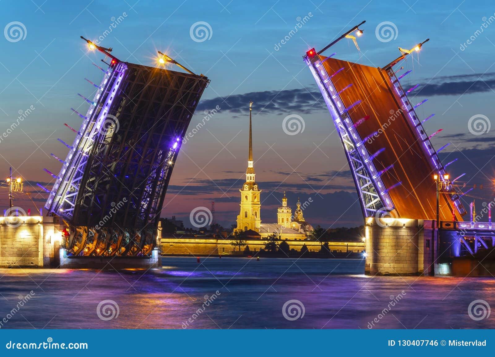 Ponte do palácio e Peter e Paul Fortress tirados na noite branca, St Petersburg, Rússia