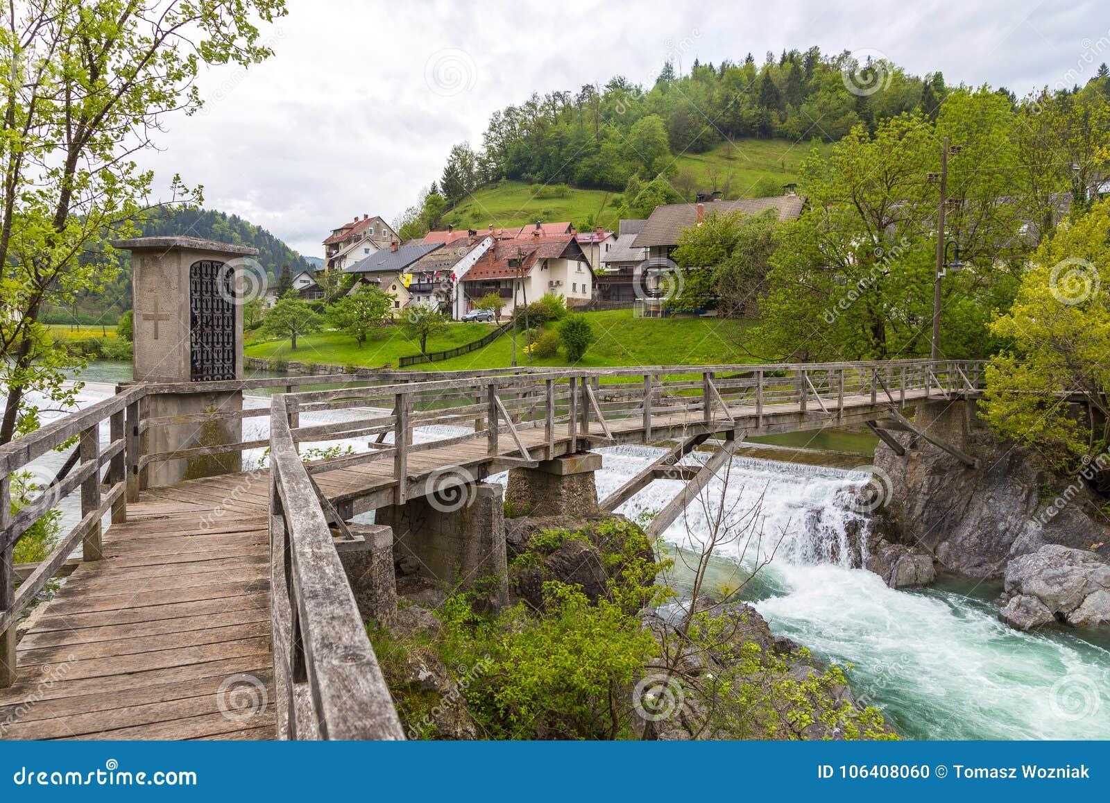 A ponte do ` s do diabo, passadiço de madeira em Skofja Loka
