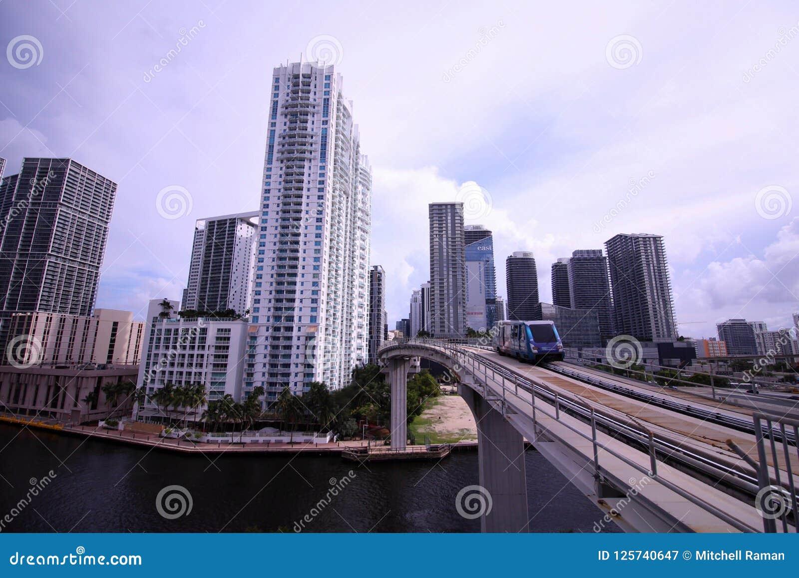 A ponte do trilho do motor do metro sobre o rio Deviding Miami do centro e Brickell