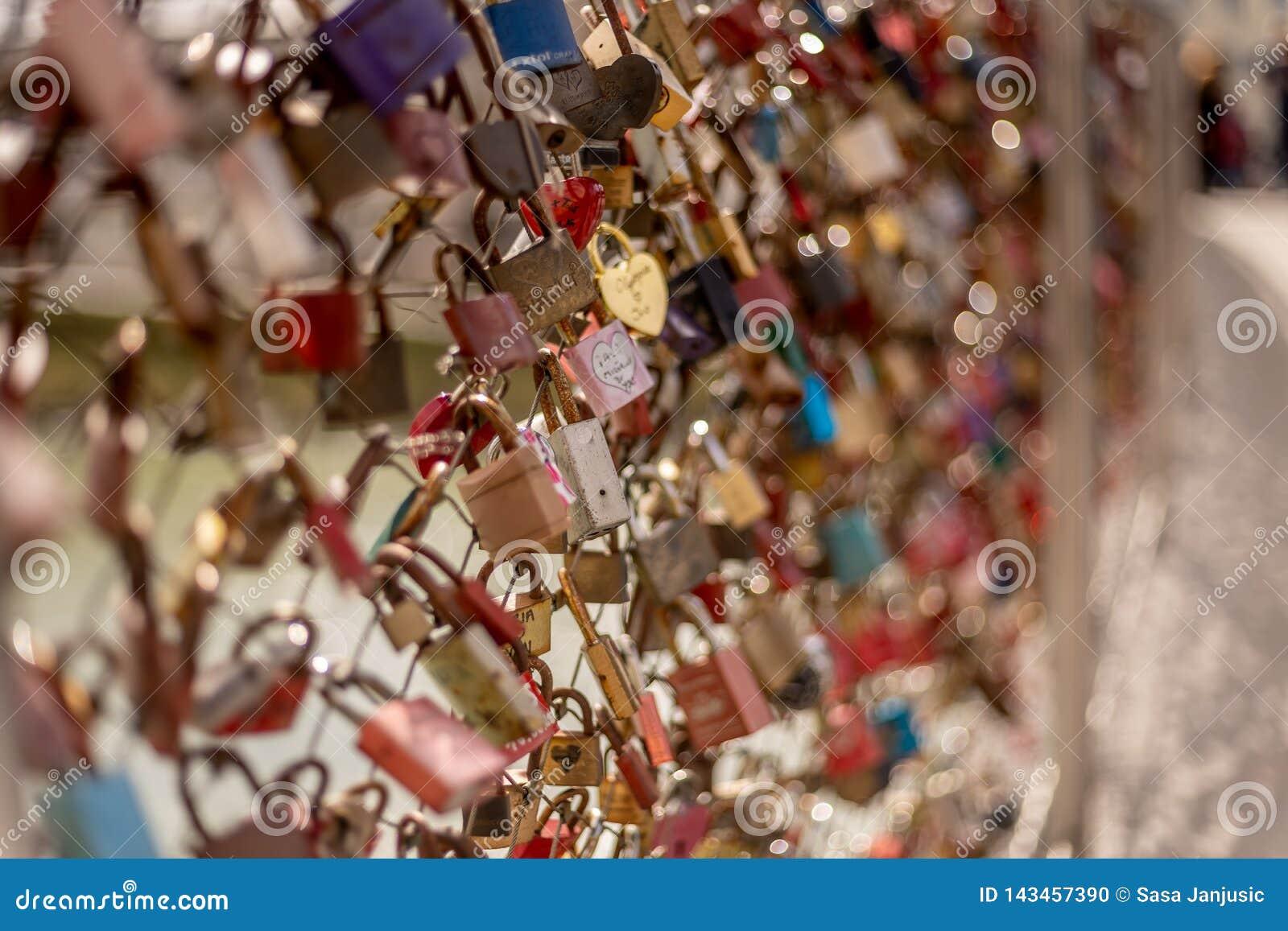 Ponte do Valentim dos pares dos fechamentos de salzburg Áustria do amor