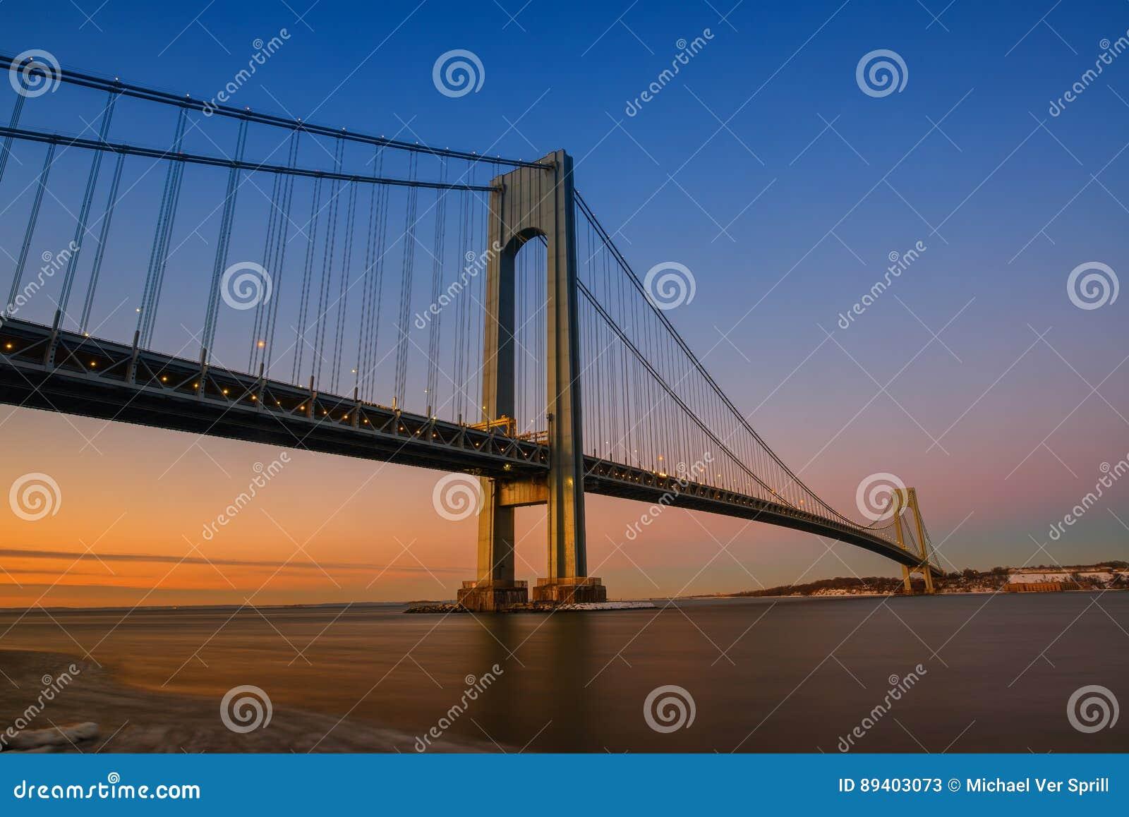 Ponte dos estreitos de Verrazano no por do sol