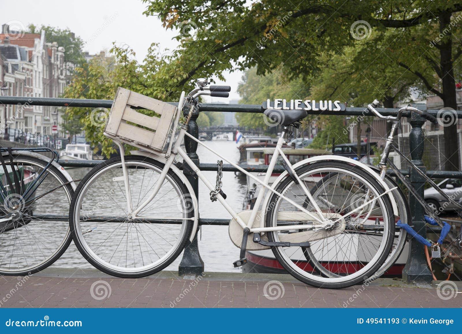 Ponte e canal de Leliesluis com bicicleta, Amsterdão