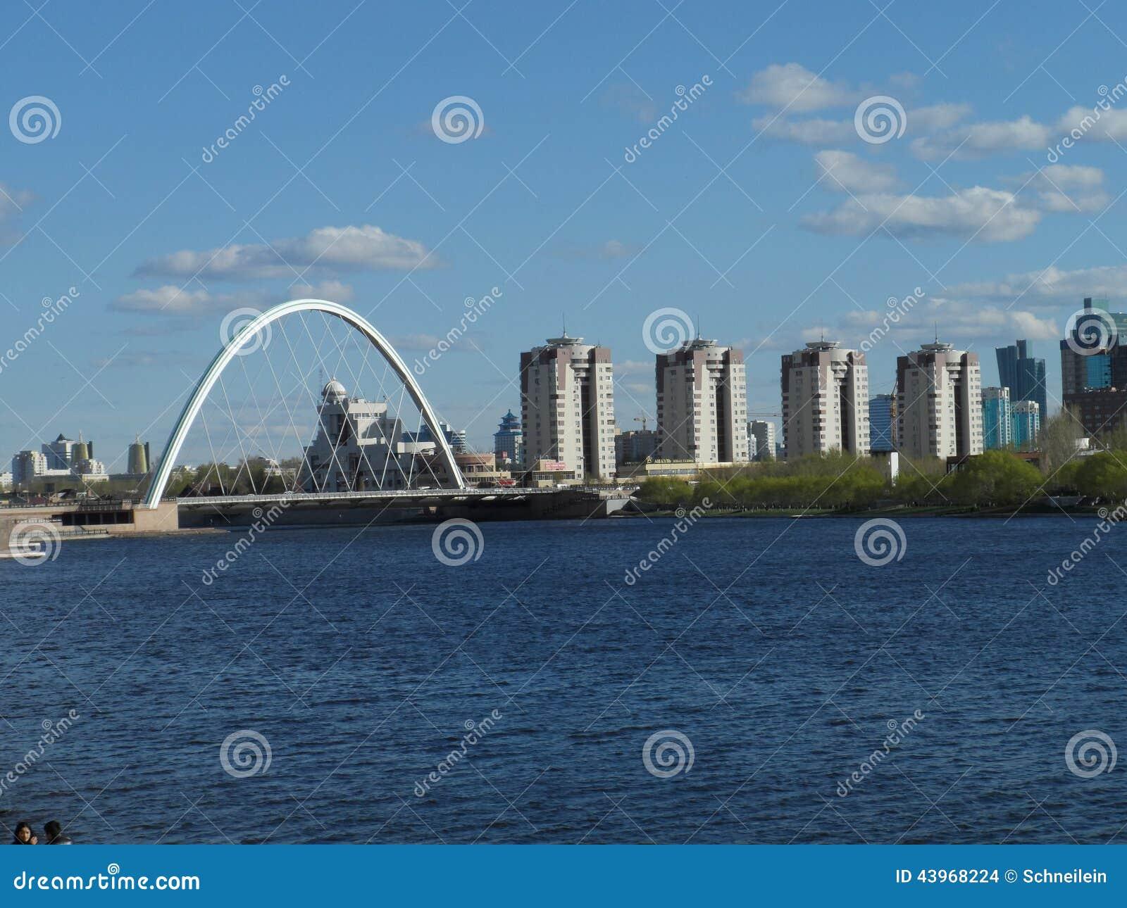 Ponte e construções residenciais