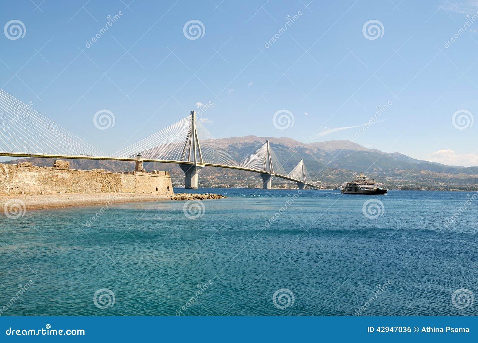 Ponte e ferryboat de Rion-Antirion