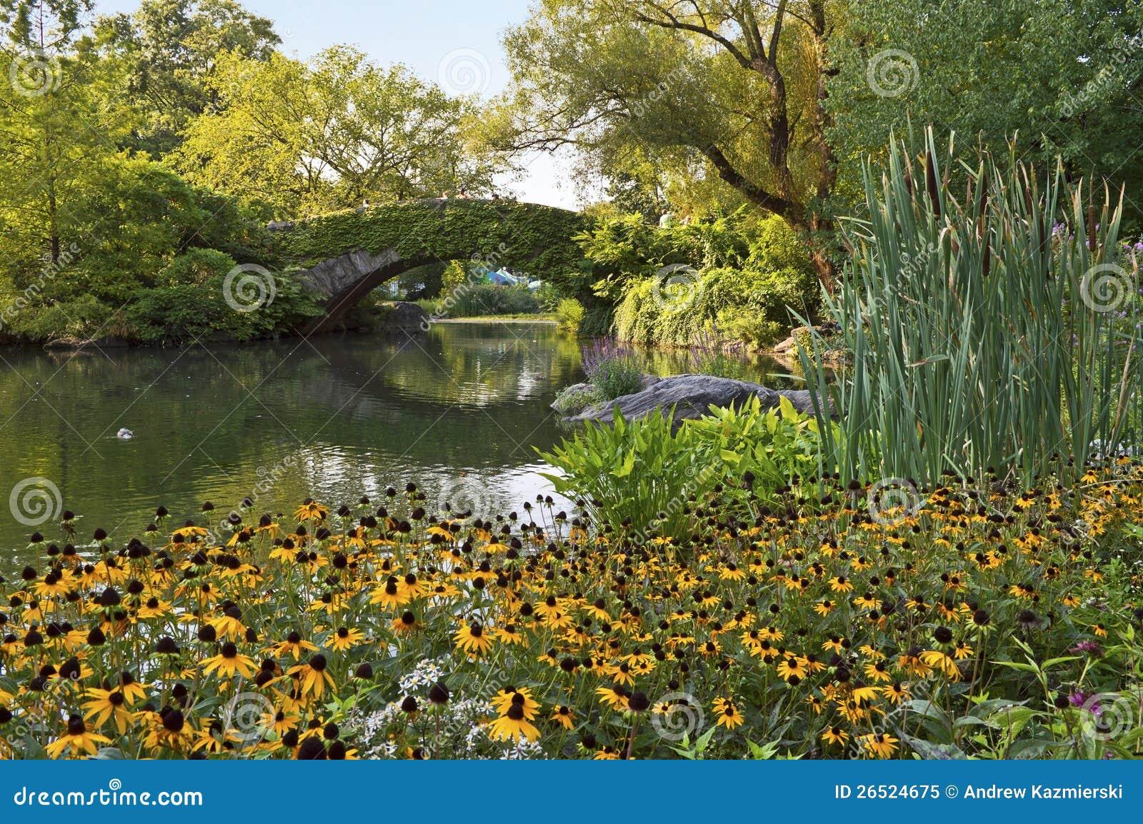 Ponte e flores de pedra