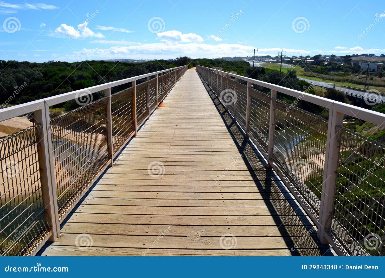 Maneira da caminhada da ponte do trilho