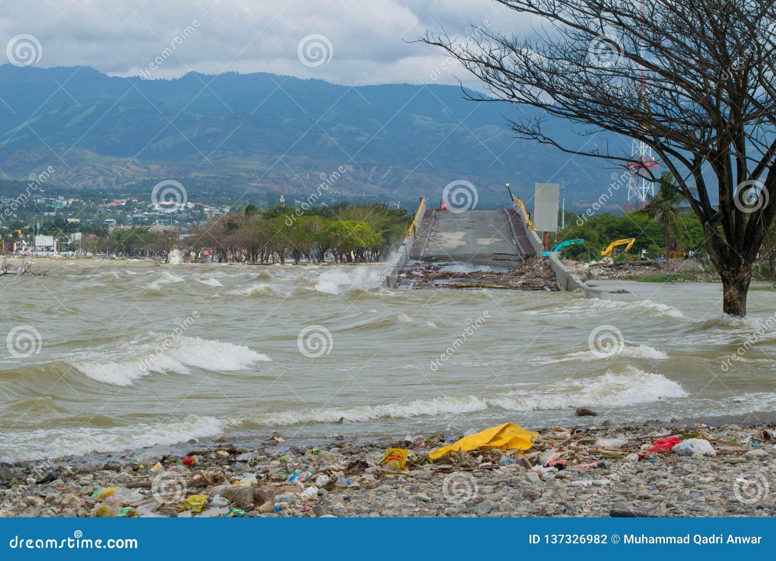 A ponte icónica em Palu destruiu pelo tsunami capturado na elevação