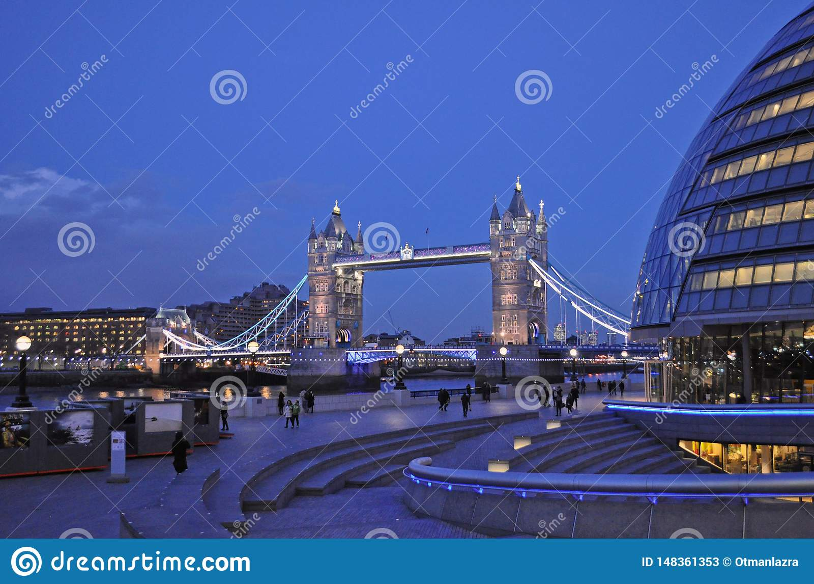 Ponte iluminada da torre em Londres
