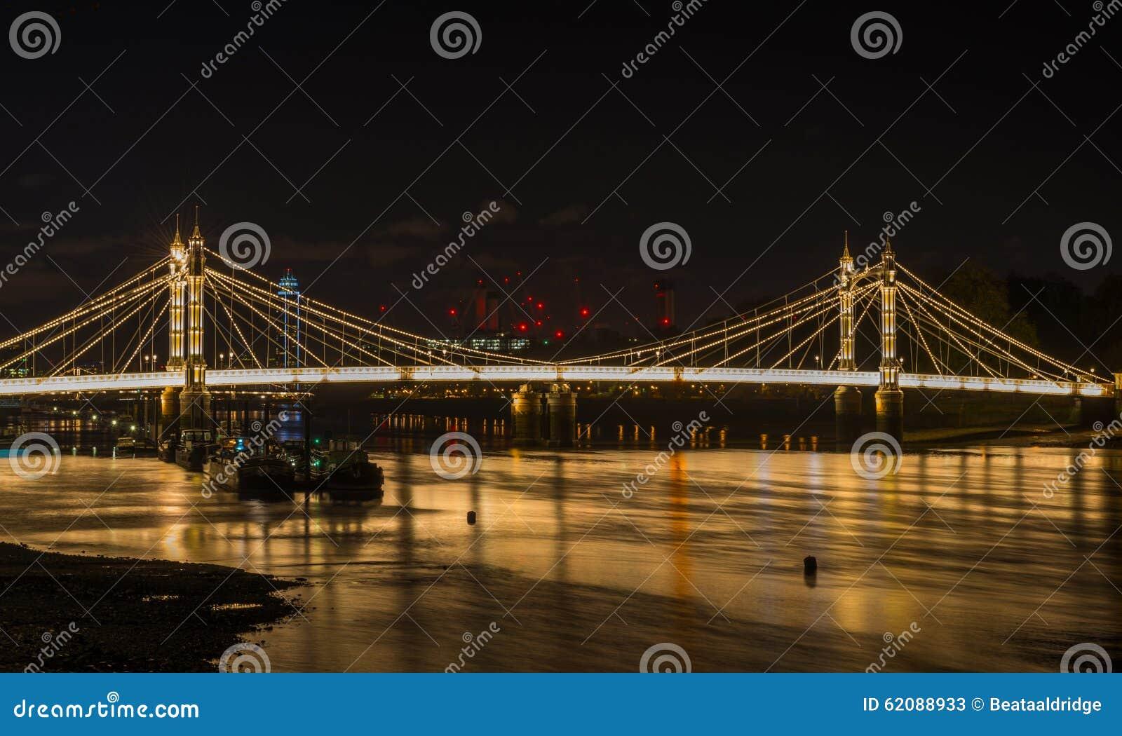 Ponte iluminada na noite, Londres de Albert, Reino Unido