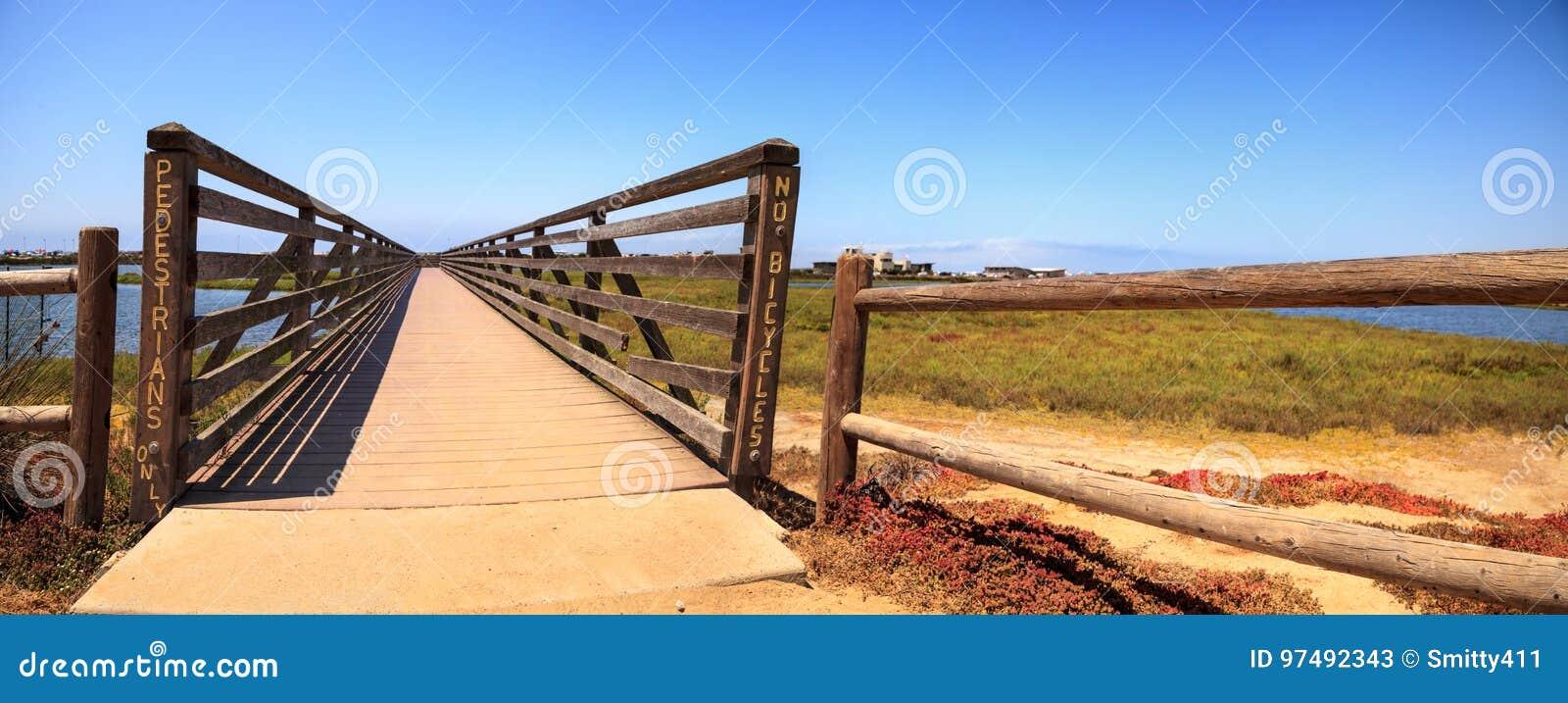 Ponte lungo la palude pacifica e tranquilla del wetl di Bolsa Chica