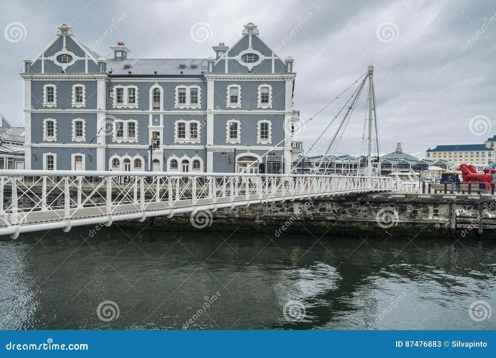 Ponte móvel no porto da margem