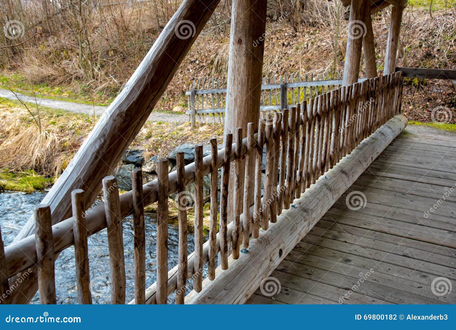 Ponte maravilhosa sobre o córrego da água em Alemanha