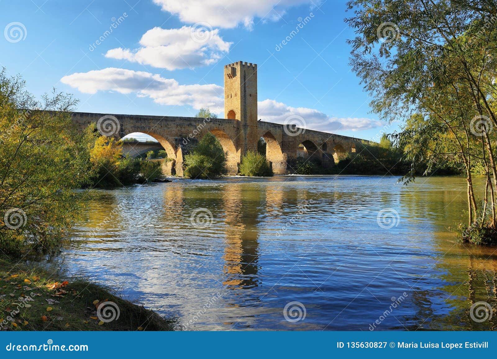 Ponte medievale sopra il fiume Ebro in Frias, Burgos, Spagna