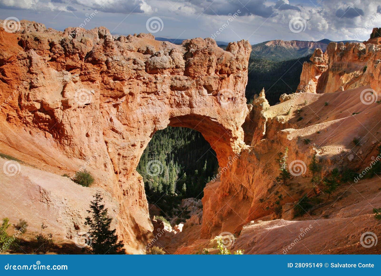 Ponte natural no parque nacional da garganta de Bryce