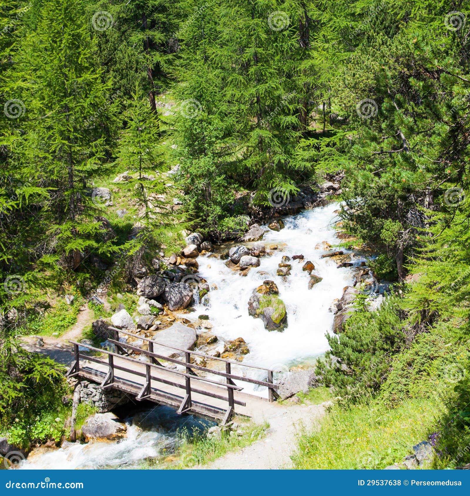 Ponte no rio da montanha