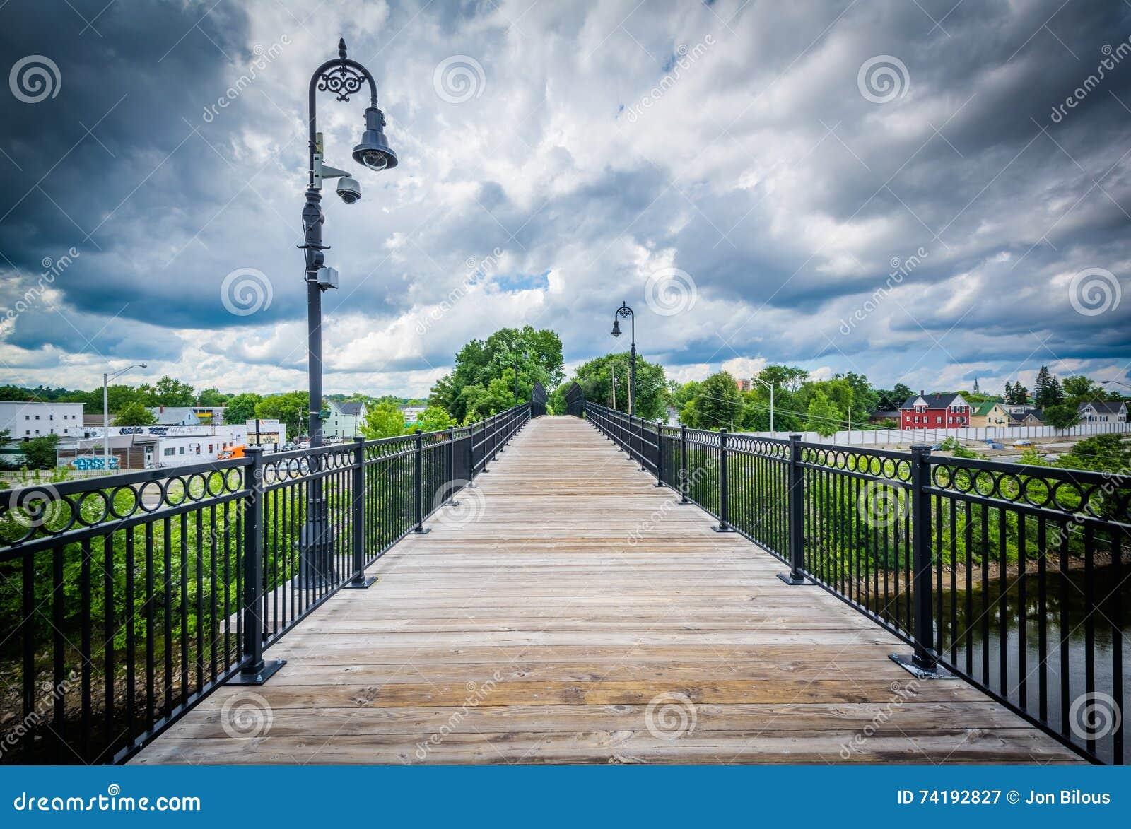 Ponte pedonale sopra il fiume di Merrimack, a Manchester, nuova