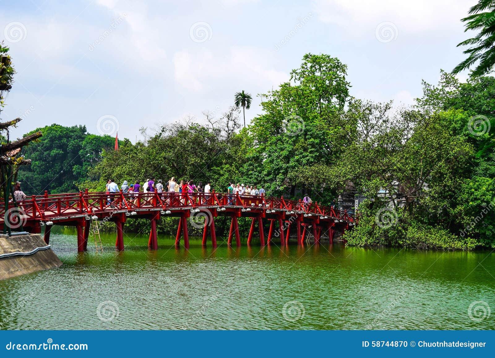 Ponte rosso nel lago Hoan Kiem, ha di Noi, Vietnam