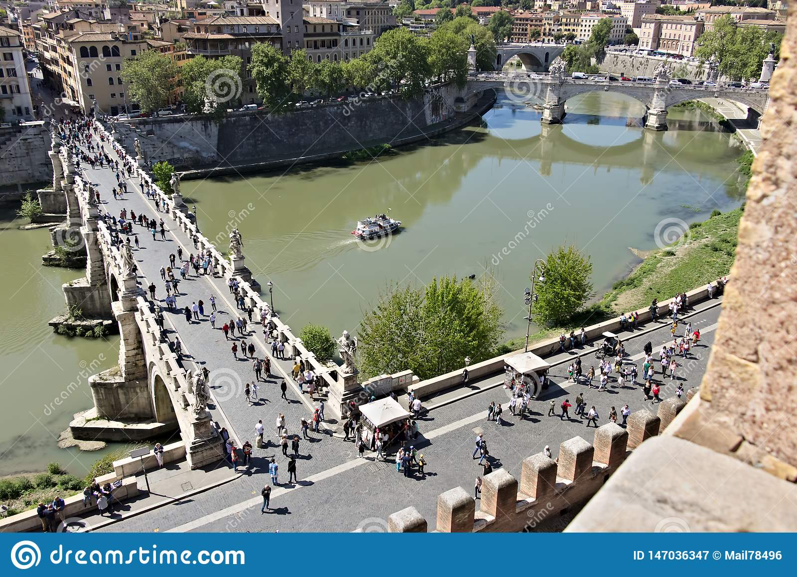 Ponte Sant ??ngel cruza el r?o de T?ber en Roma