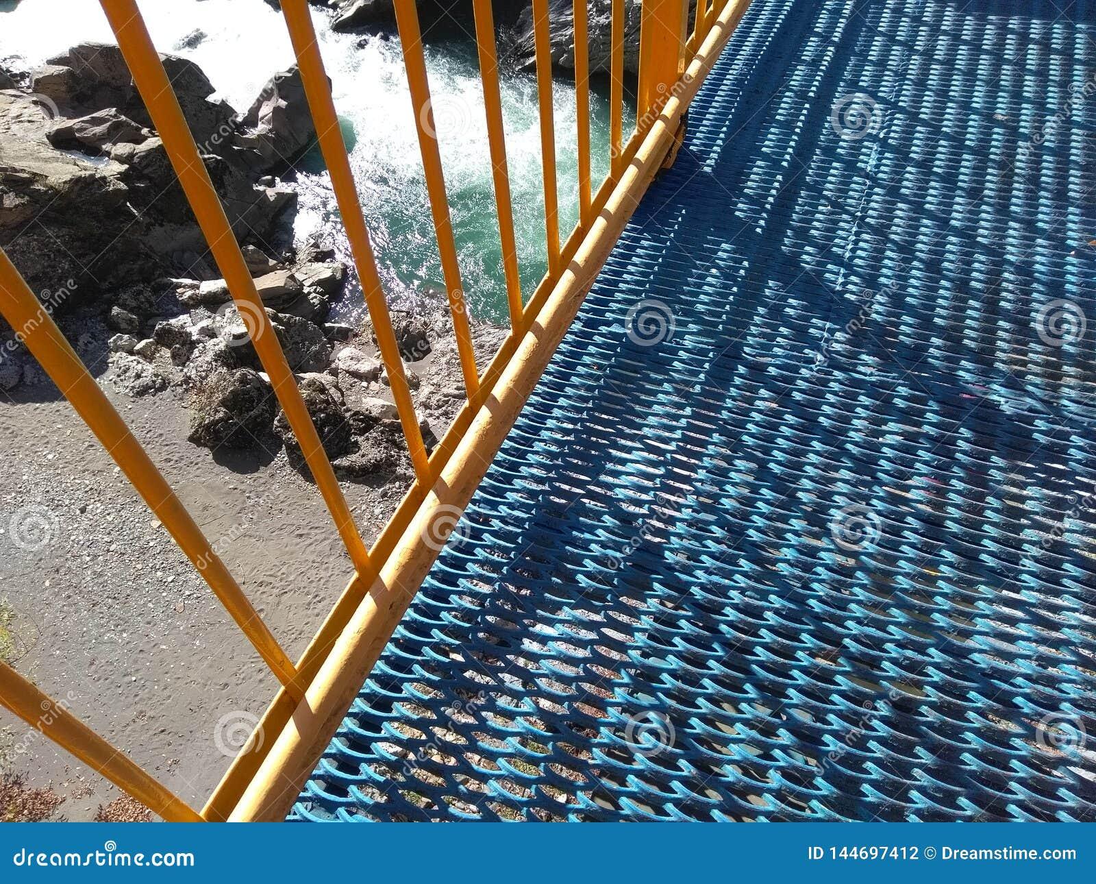 Ponte sobre o rio da montanha