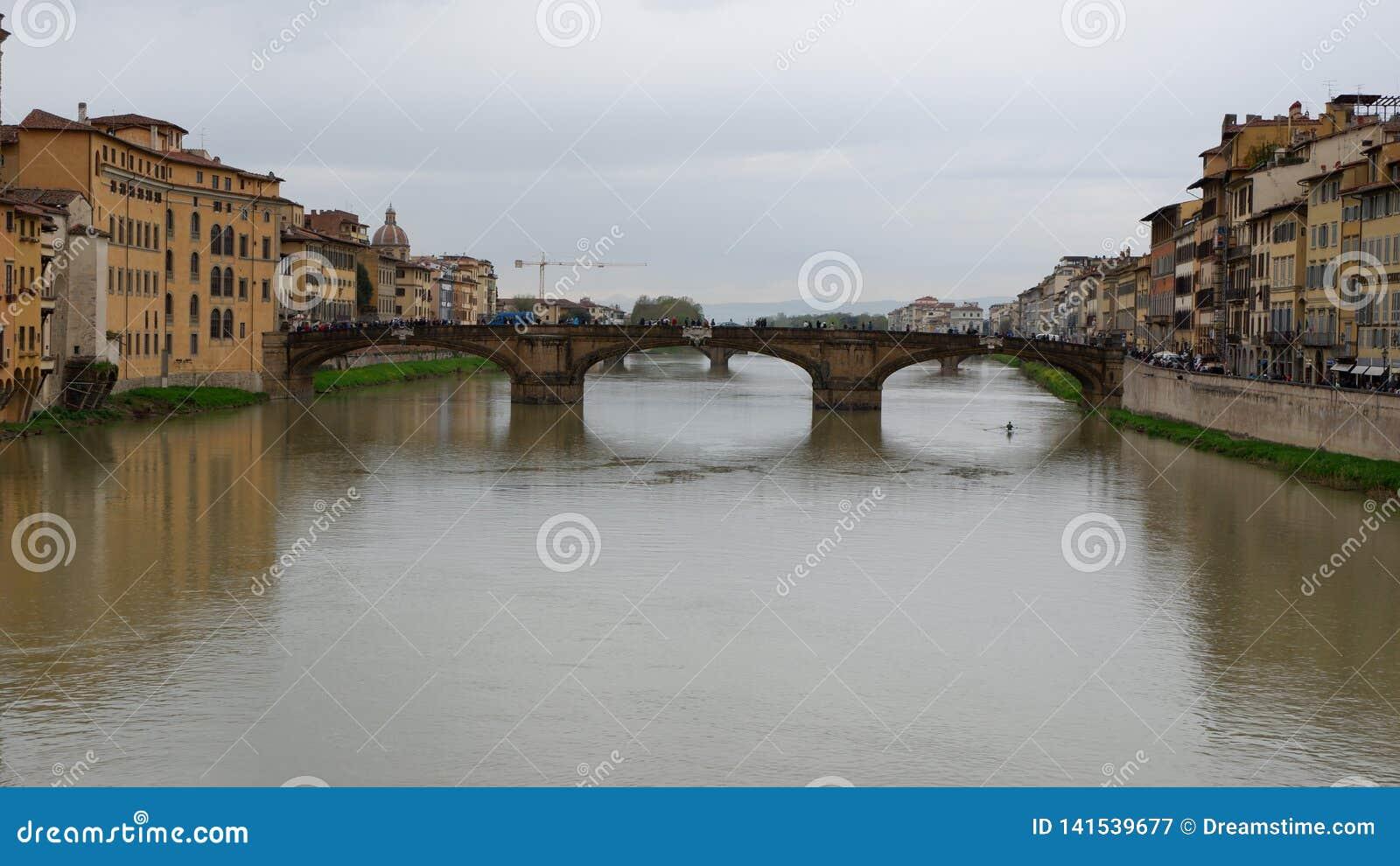 Ponte sobre o rio em Florença