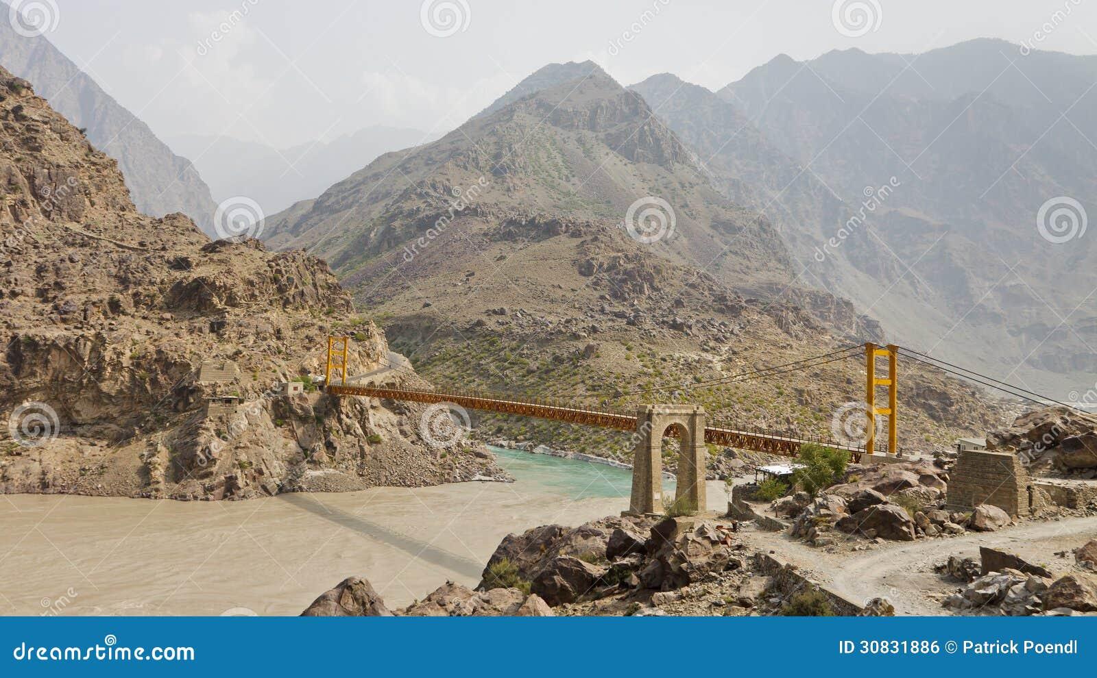 Ponte sospeso attraverso il fiume Indo, Pakistan