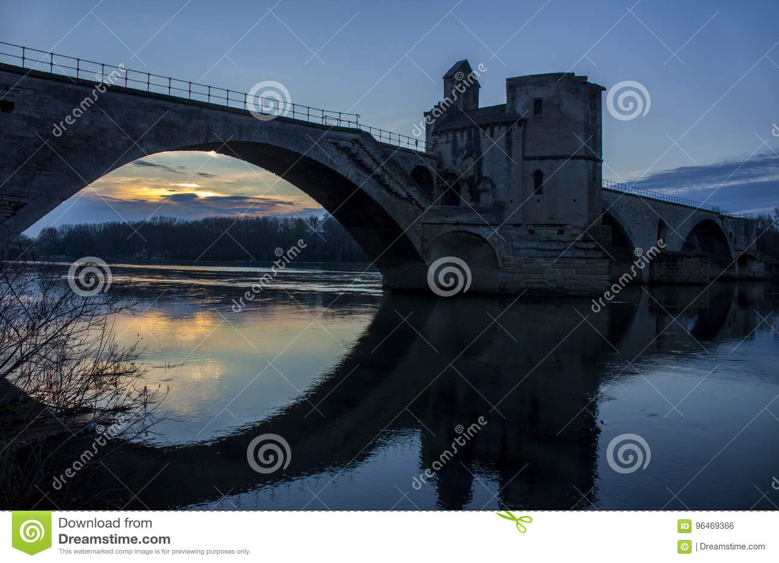 Ponte storico al tramonto a Avignone, Francia