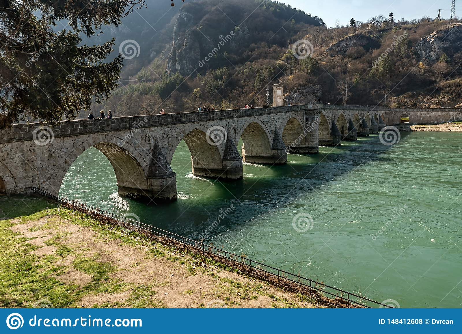 Ponte storico di Mehmed Pasha Sokolovic sopra il fiume di Drina a Visegrad, Bosnia-Erzegovina