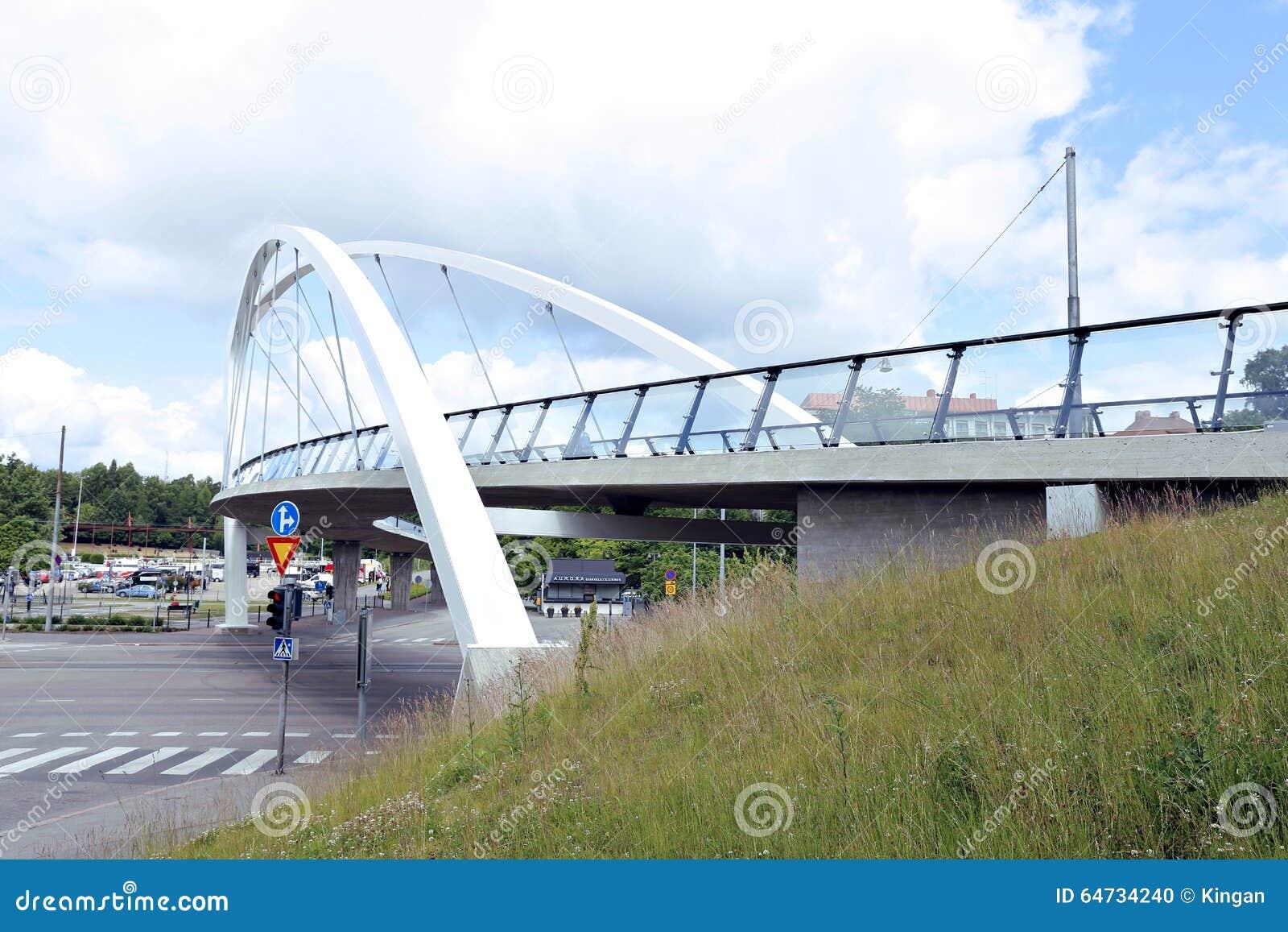 Ponte strallato attraverso la via a Helsinki