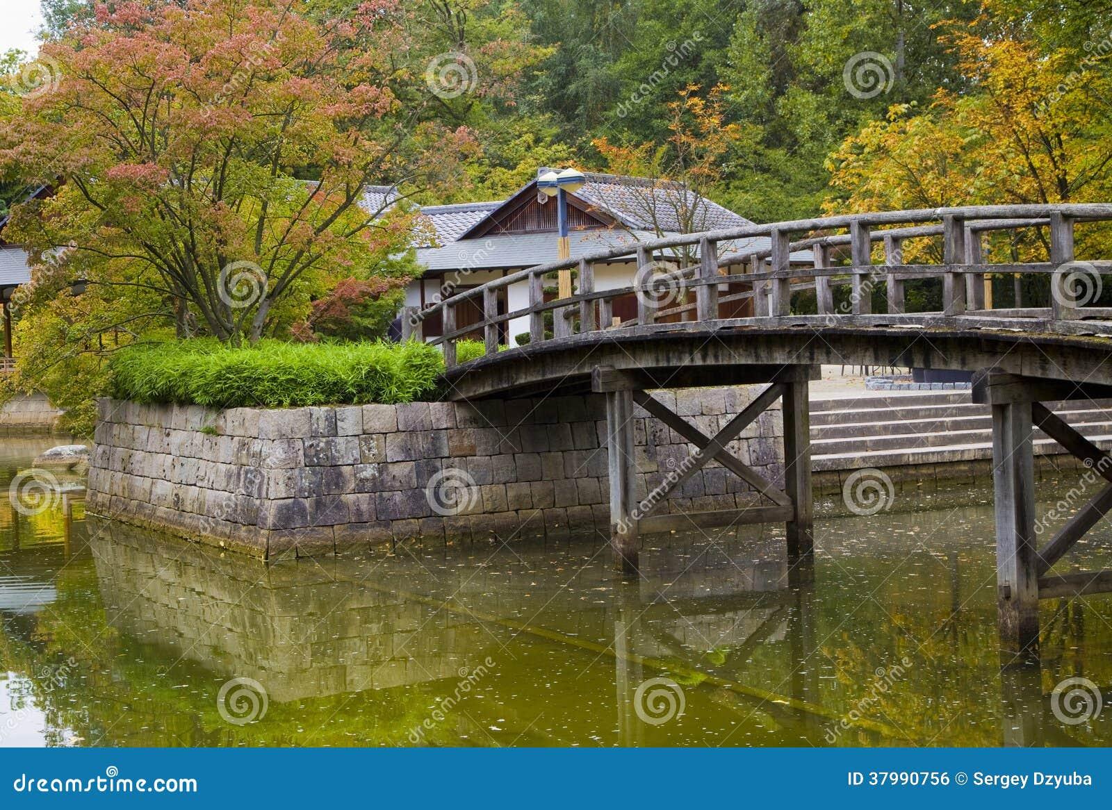 Ponte sullo stagno in giardino giapponese fotografia stock for Stagno da giardino