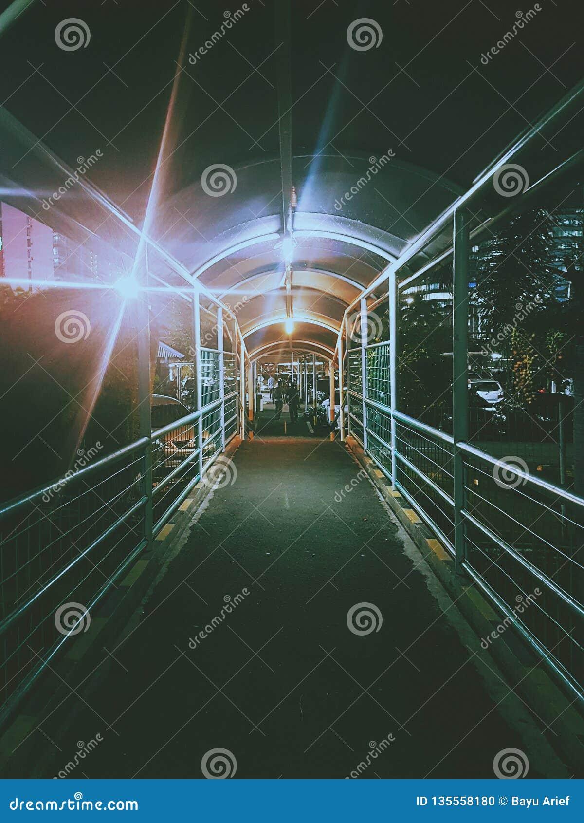 Ponte triste scuro nel centro commerciale di Pondok Indah