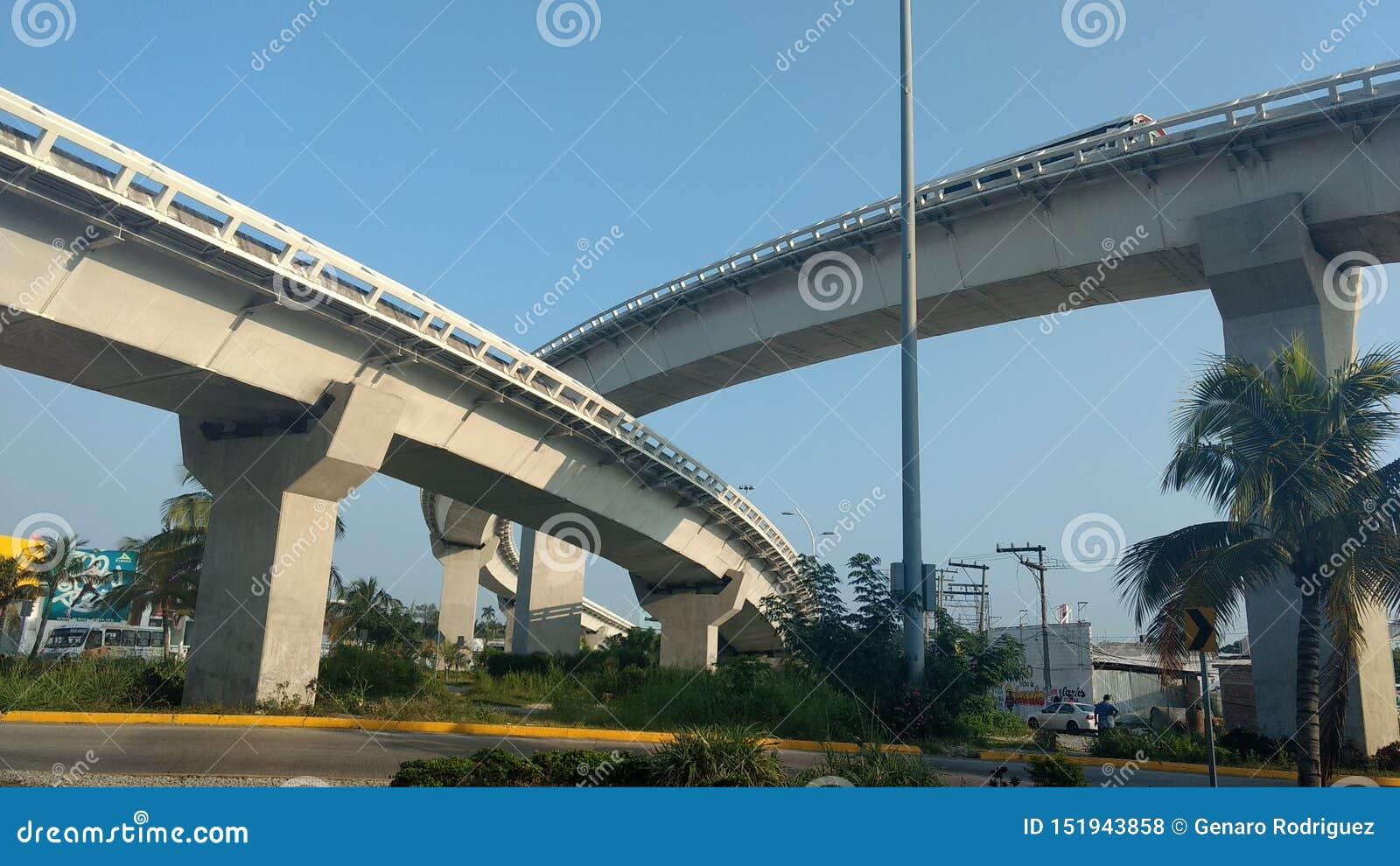 Ponte urbano iconico un giorno del cielo blu
