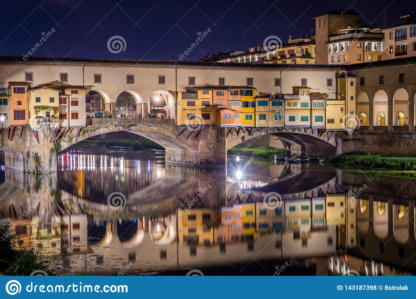 Ponte Vecchio во Флоренс рекой Арно вечером, Флоренс, Firenze, Италия
