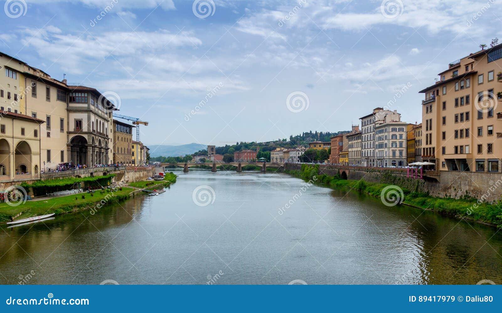 Ponte Vecchio, ponte velha famosa em Florença no rio de Arno,