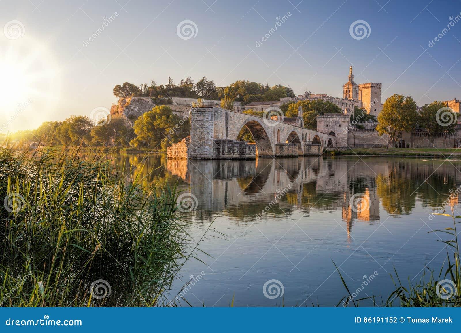 Ponte velha de Avignon durante o por do sol em Provence, França