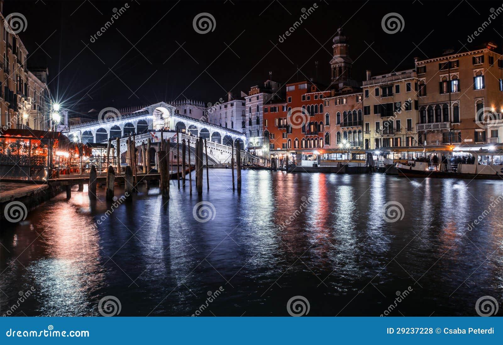 Download A Ponte Venetian De Rialto Em A Noite Foto de Stock - Imagem de grande, postcard: 29237228