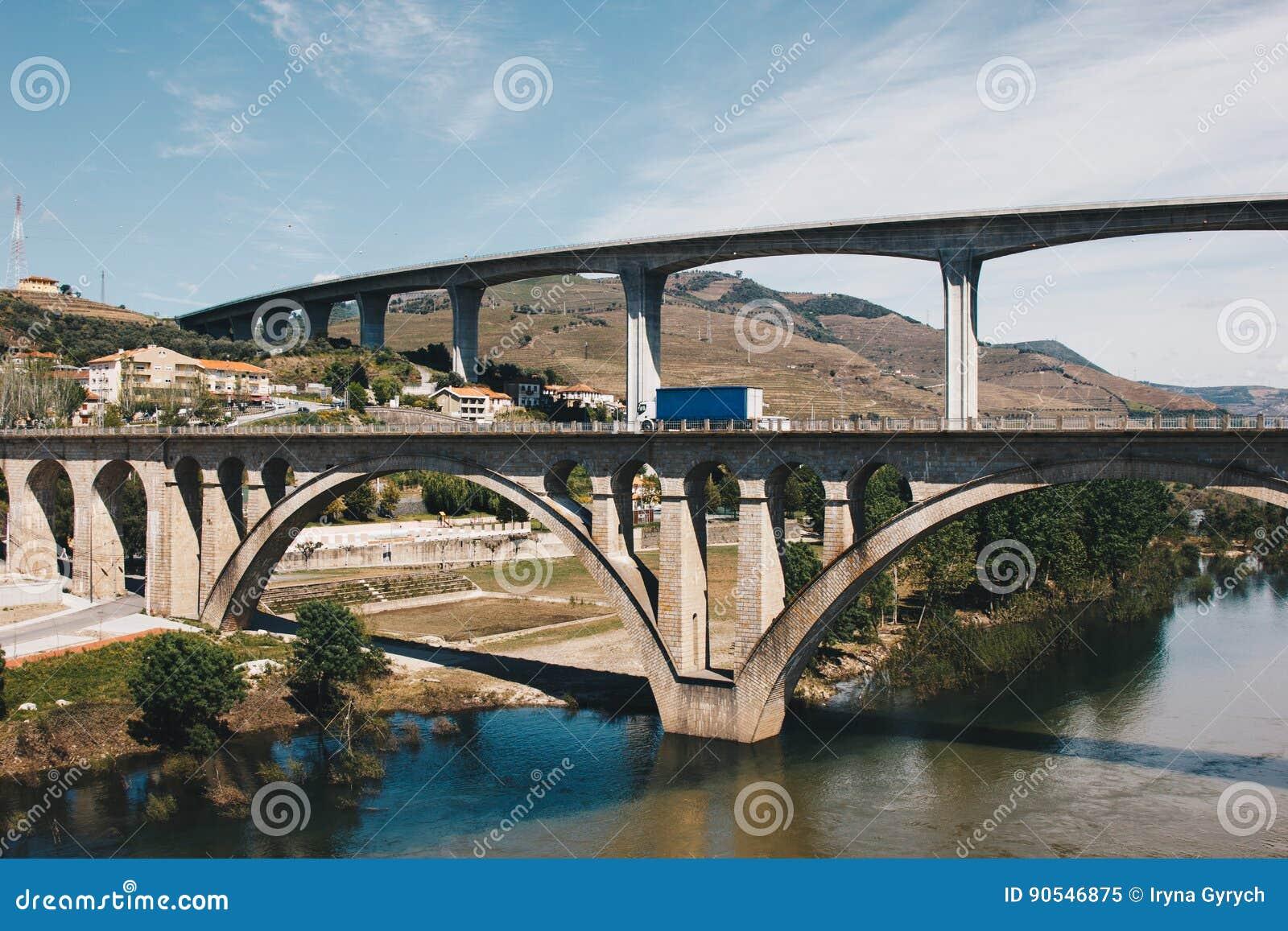 Pontes sobre o rio de Douro no peso a Dinamarca Regua em Portugal