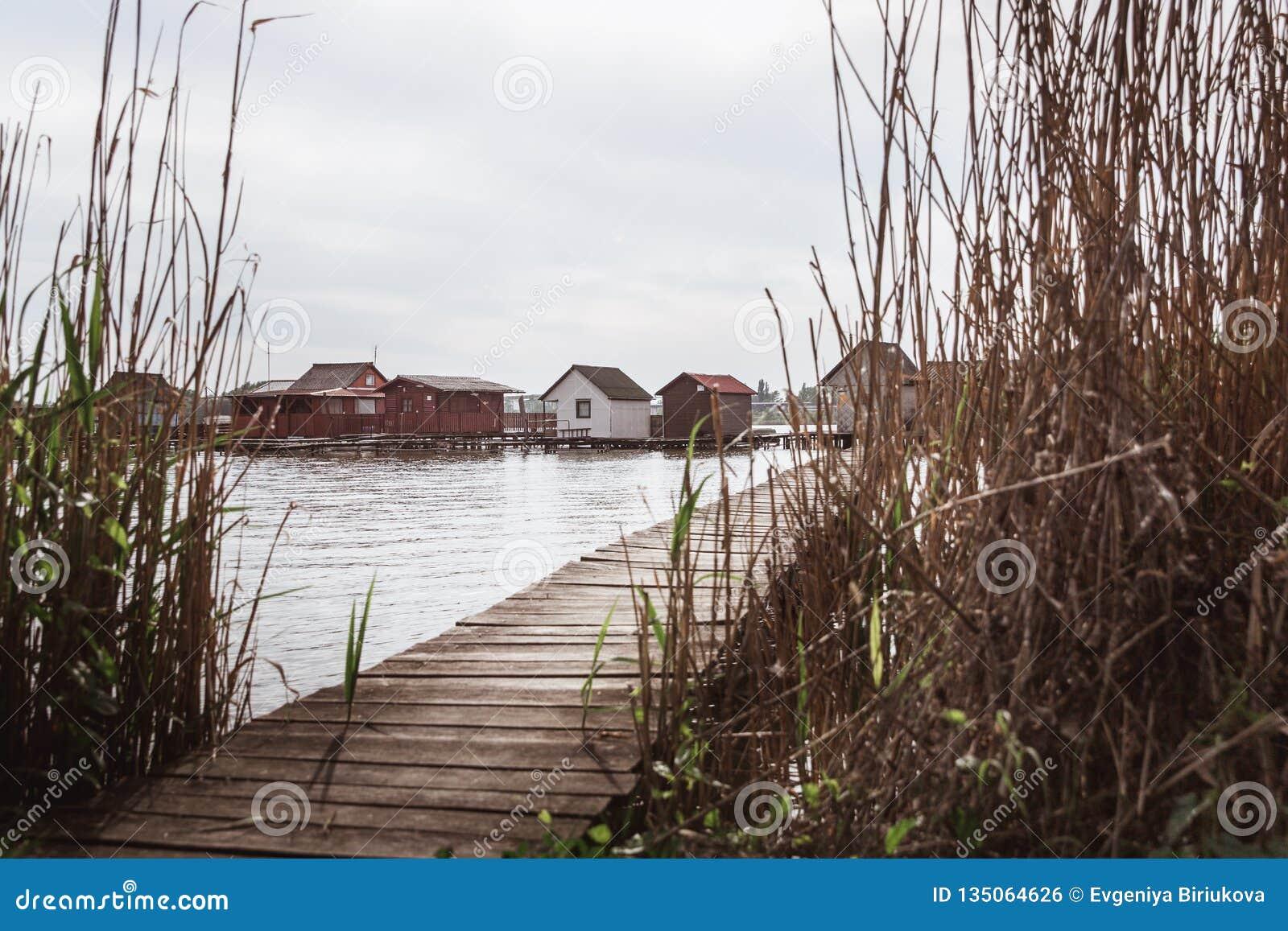 Ponti di legno sul lago Bokod Pesca dei cottage di legno, l Ungheria