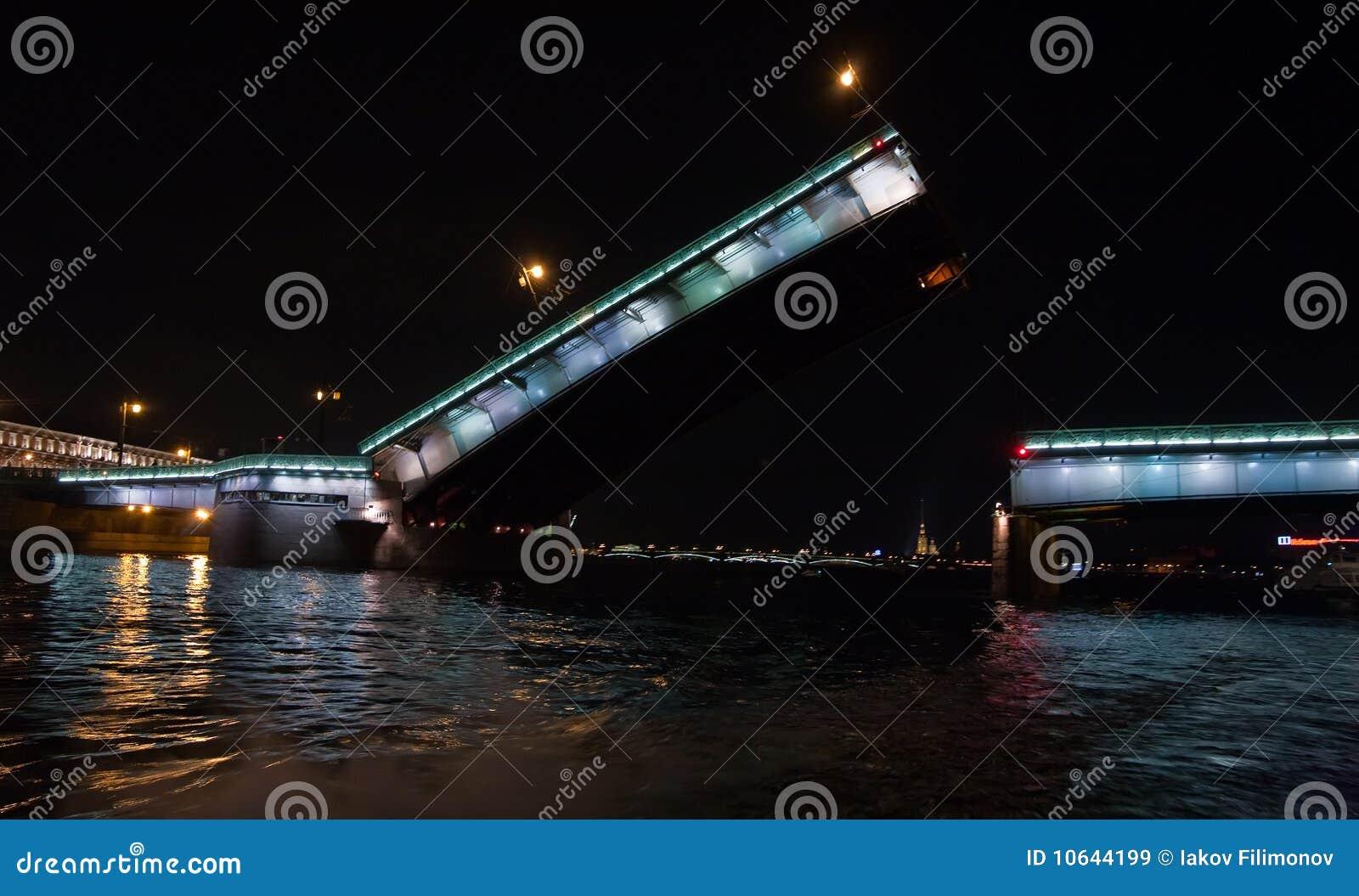 Ponticello alzato di Liteiniy a St Petersburg
