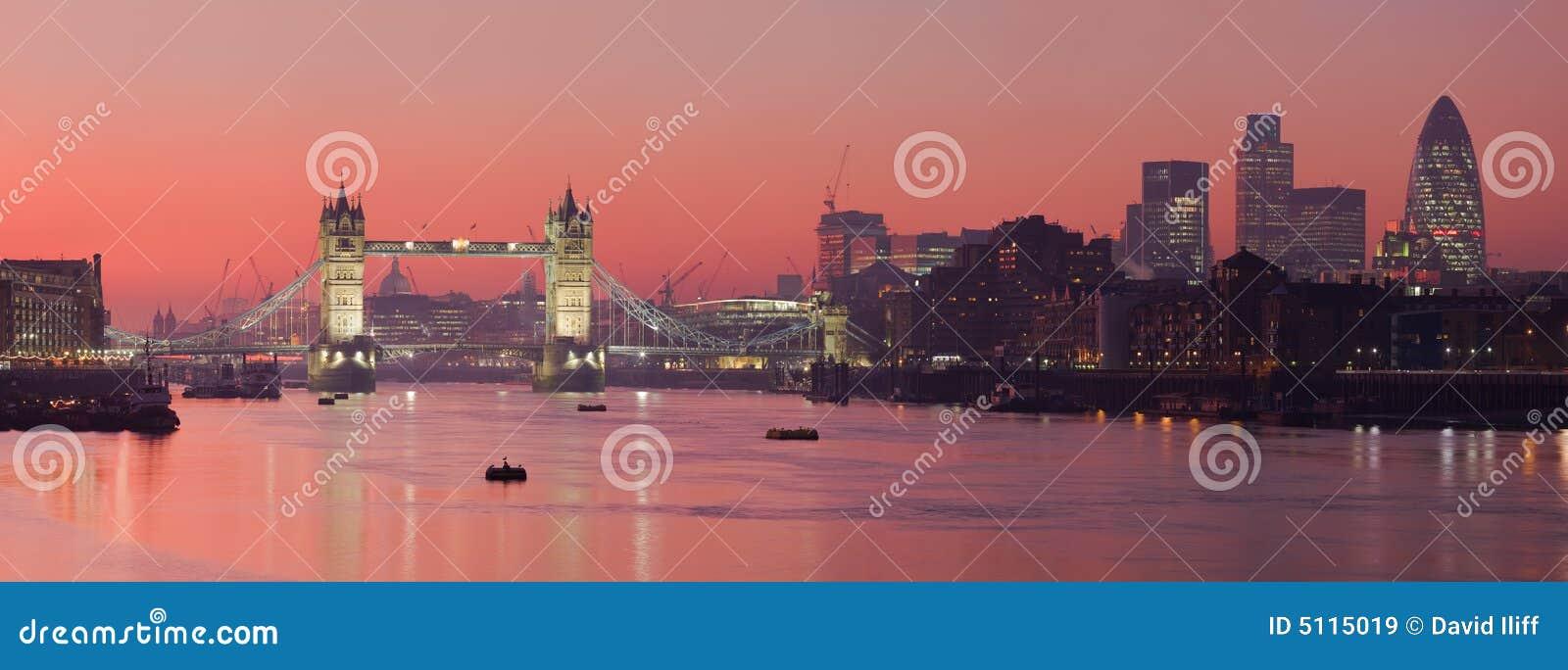 Ponticello della torretta e città di Londra con i soli rosso-cupo