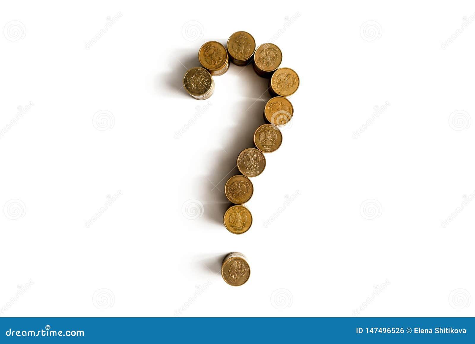 Ponto de interrogação feito das moedas em um fundo branco