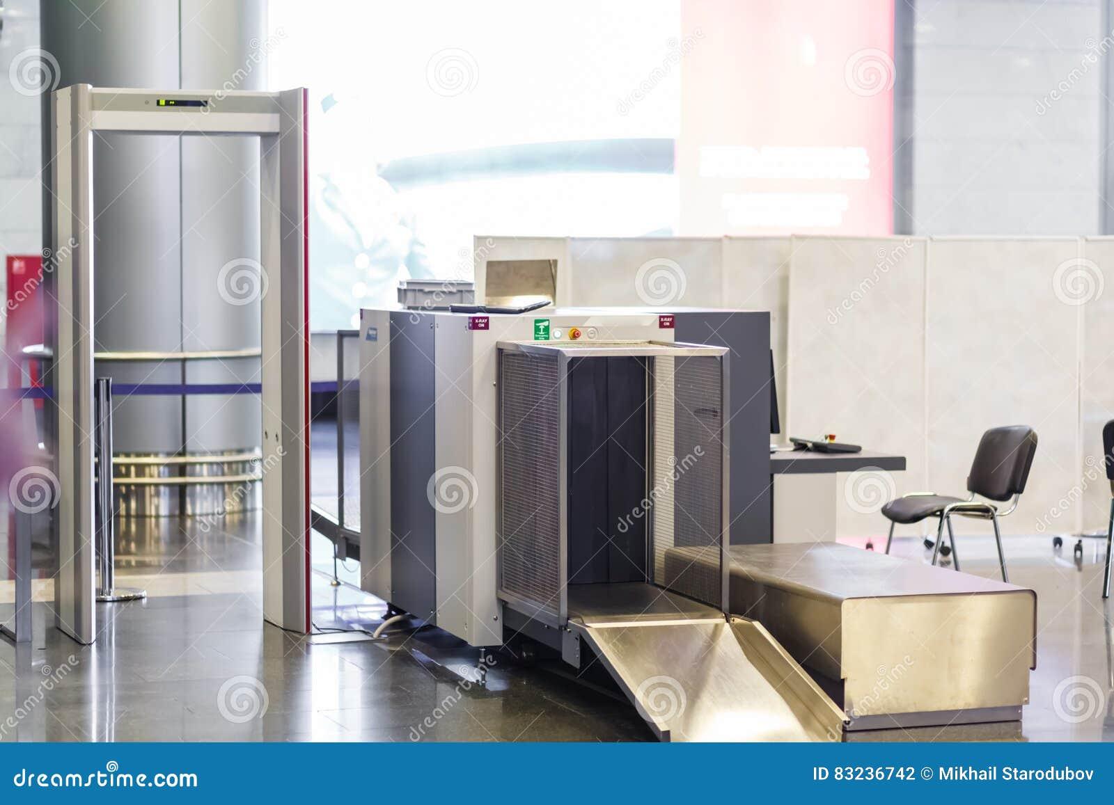 Ponto de verificação da segurança aeroportuária com detector de metais