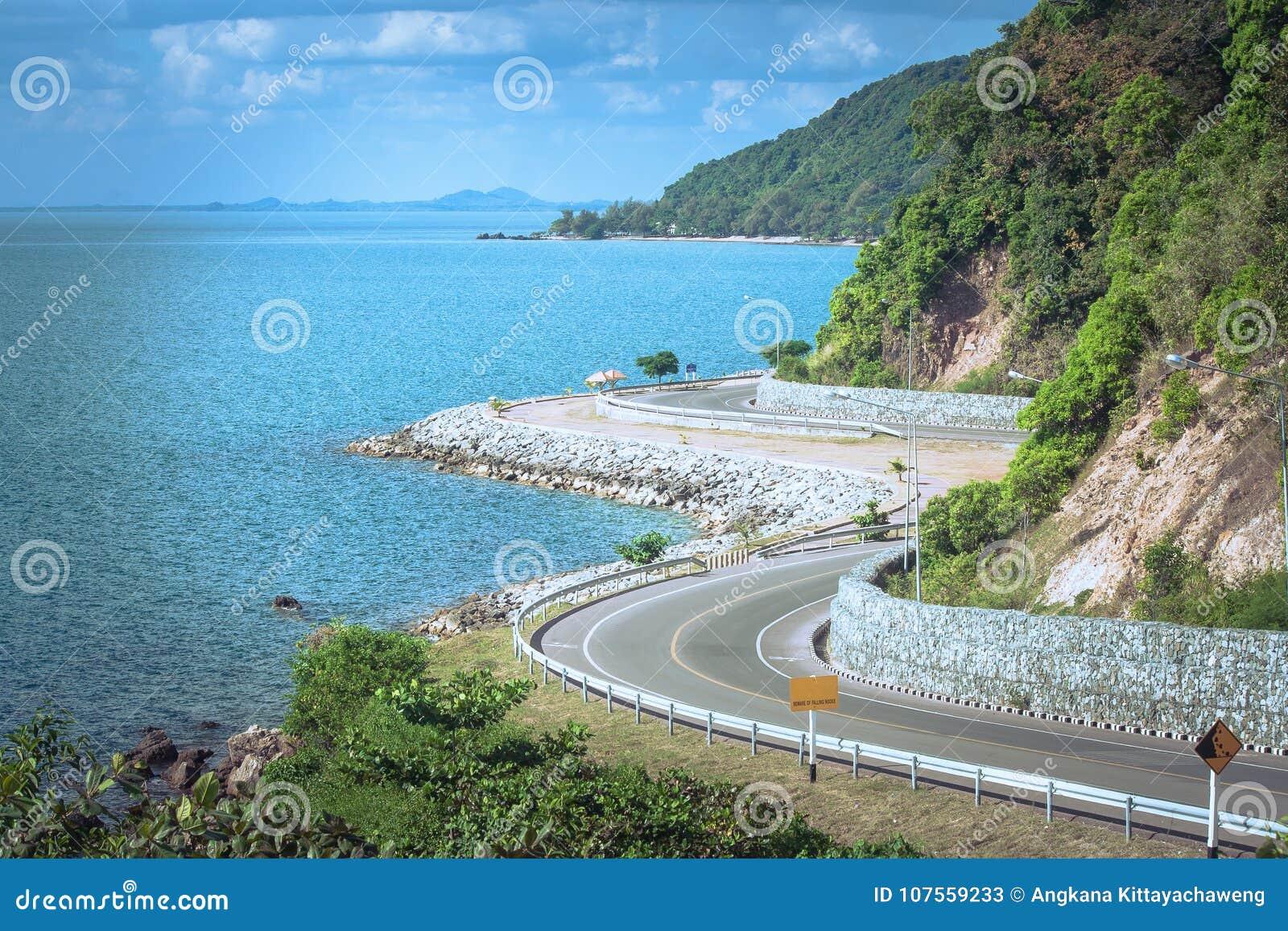Ponto de vista bonito do Seascape da estrada ao lado do mar azul que é marco em Kung Wiman Bay na província de Chanthaburi