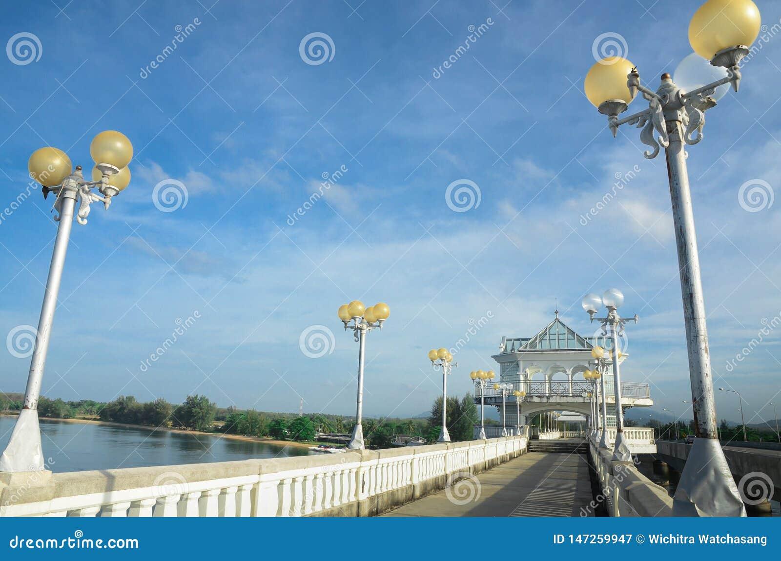 Ponto de vista da ponte de Sarasin nos destinos populares do céu claro em Phuket