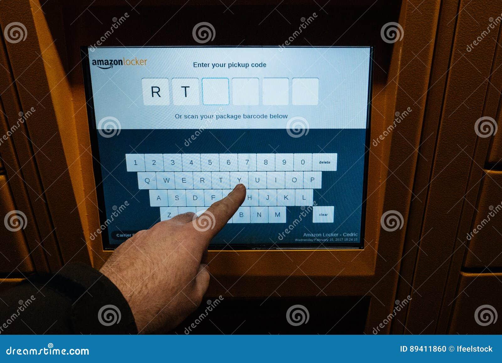 Ponto de vista do cliente que olha o écran sensível digital do cacifo das Amazonas