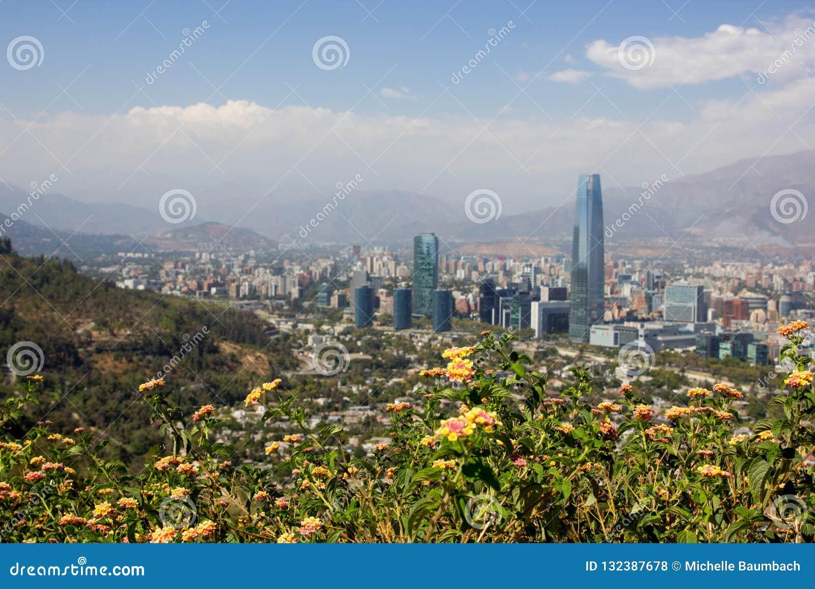 Ponto de vista para Santiago de Chile em Ámérica do Sul do parque metropolitano da cidade